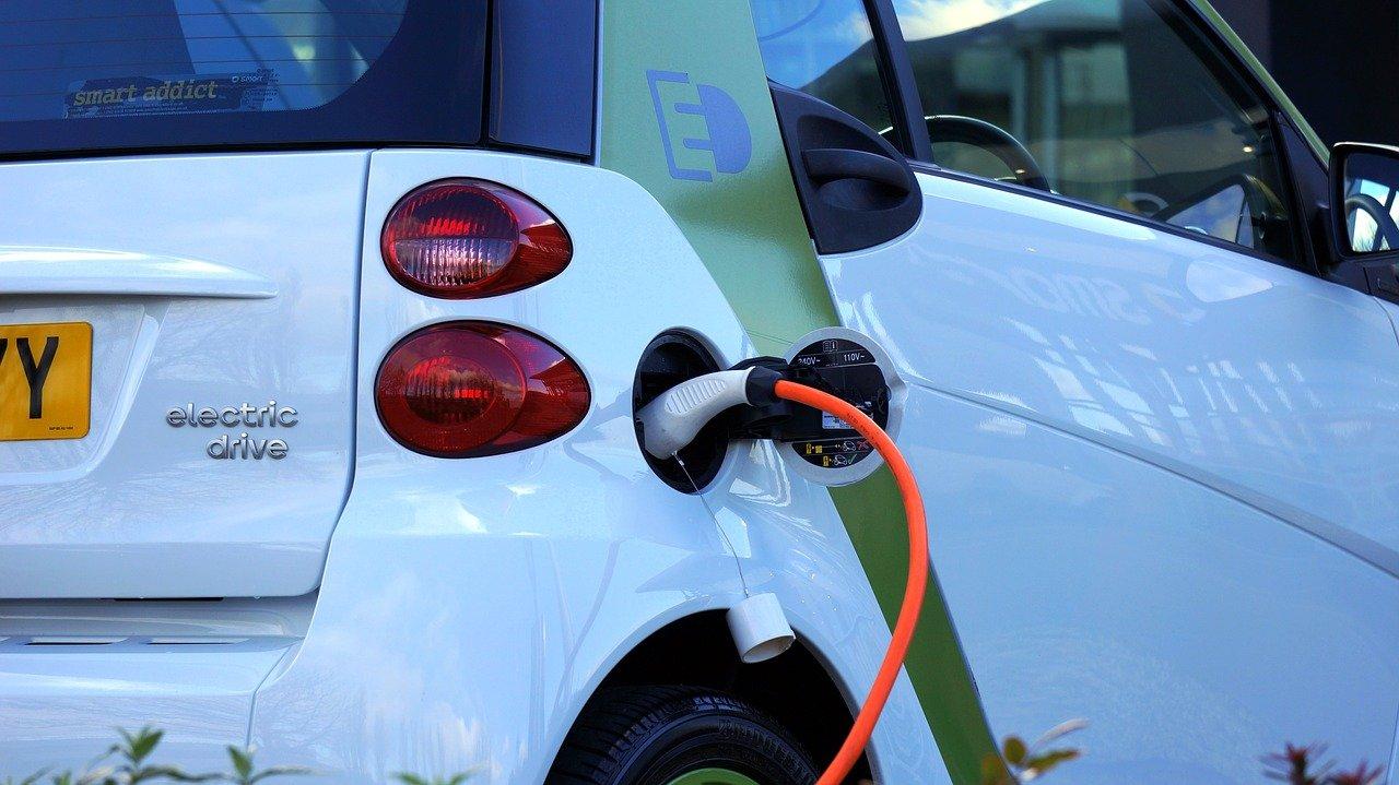 Vehículos eléctricos en emergentes acabarán la era del petróleo