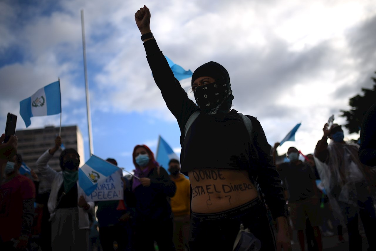 Guatemala da marcha atrás al presupuesto, protestas continúan