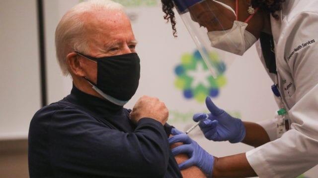 Biden utiliza leyes de guerra para acelerar vacunas