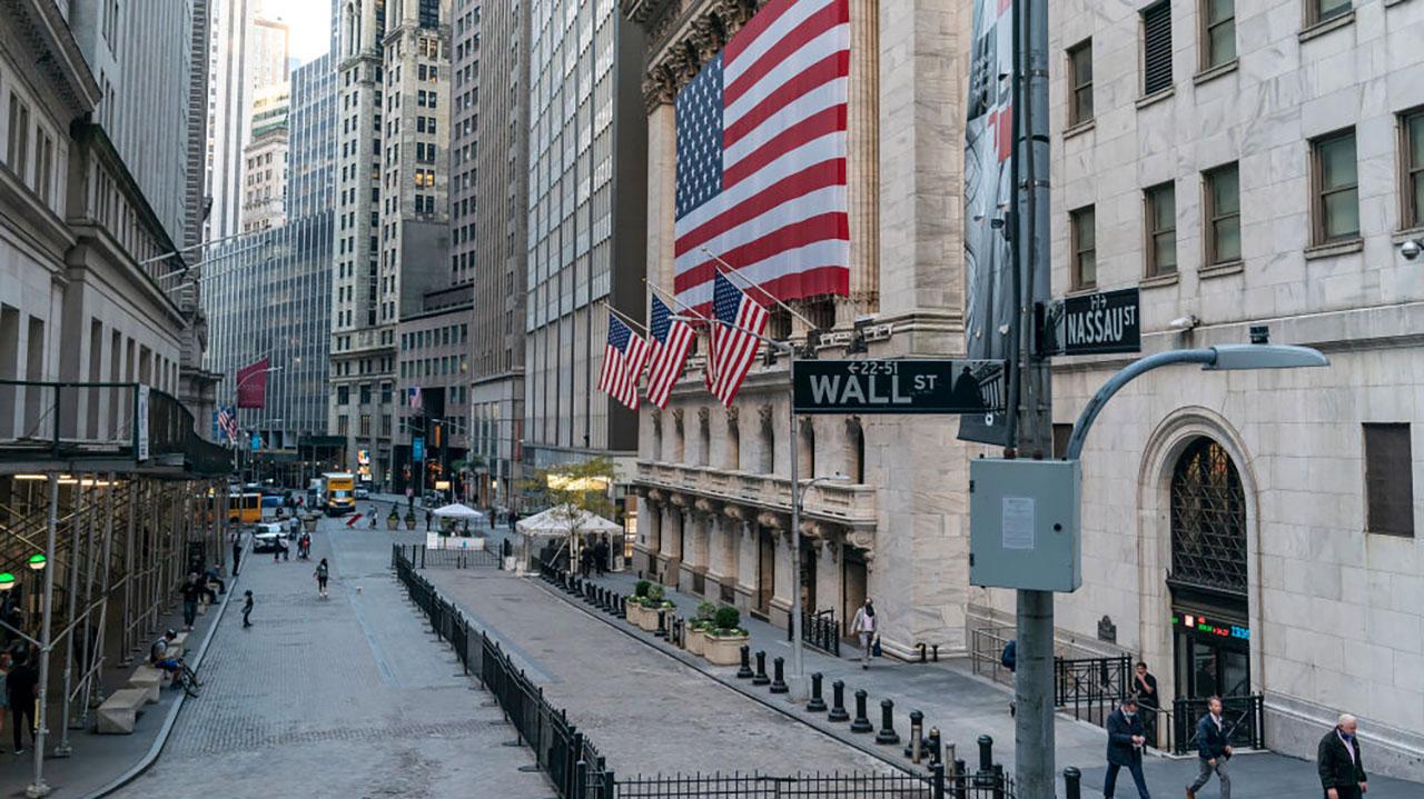 Wall Street abre en rojo tras registrar récords en la víspera