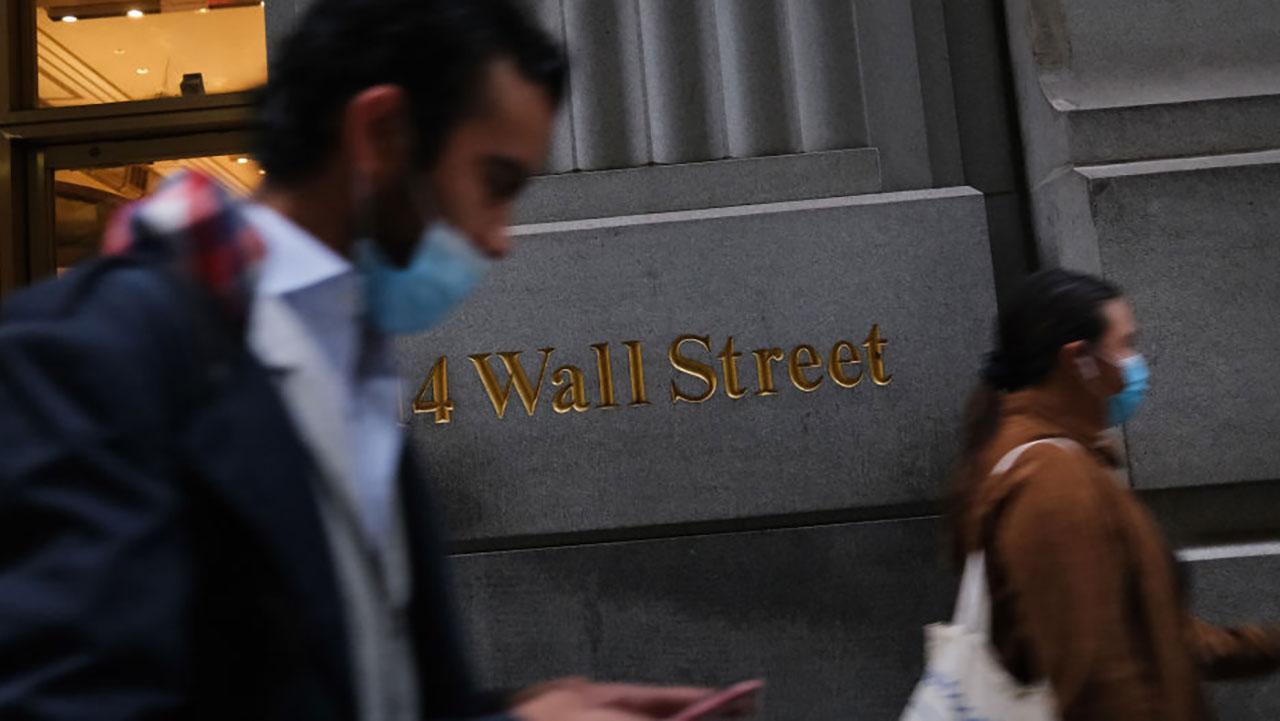 Wall Street cierra una semana dispar marcada por el repunte de la deuda
