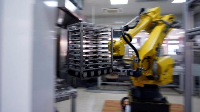 Chef robot sirve comidas en escuelas chinas para bajar riesgo de COVID-19