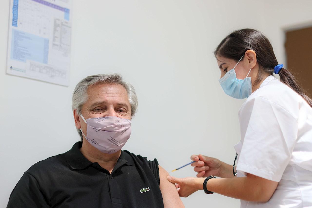 Presidente argentino recibe primera dosis de la vacuna Sputnik V