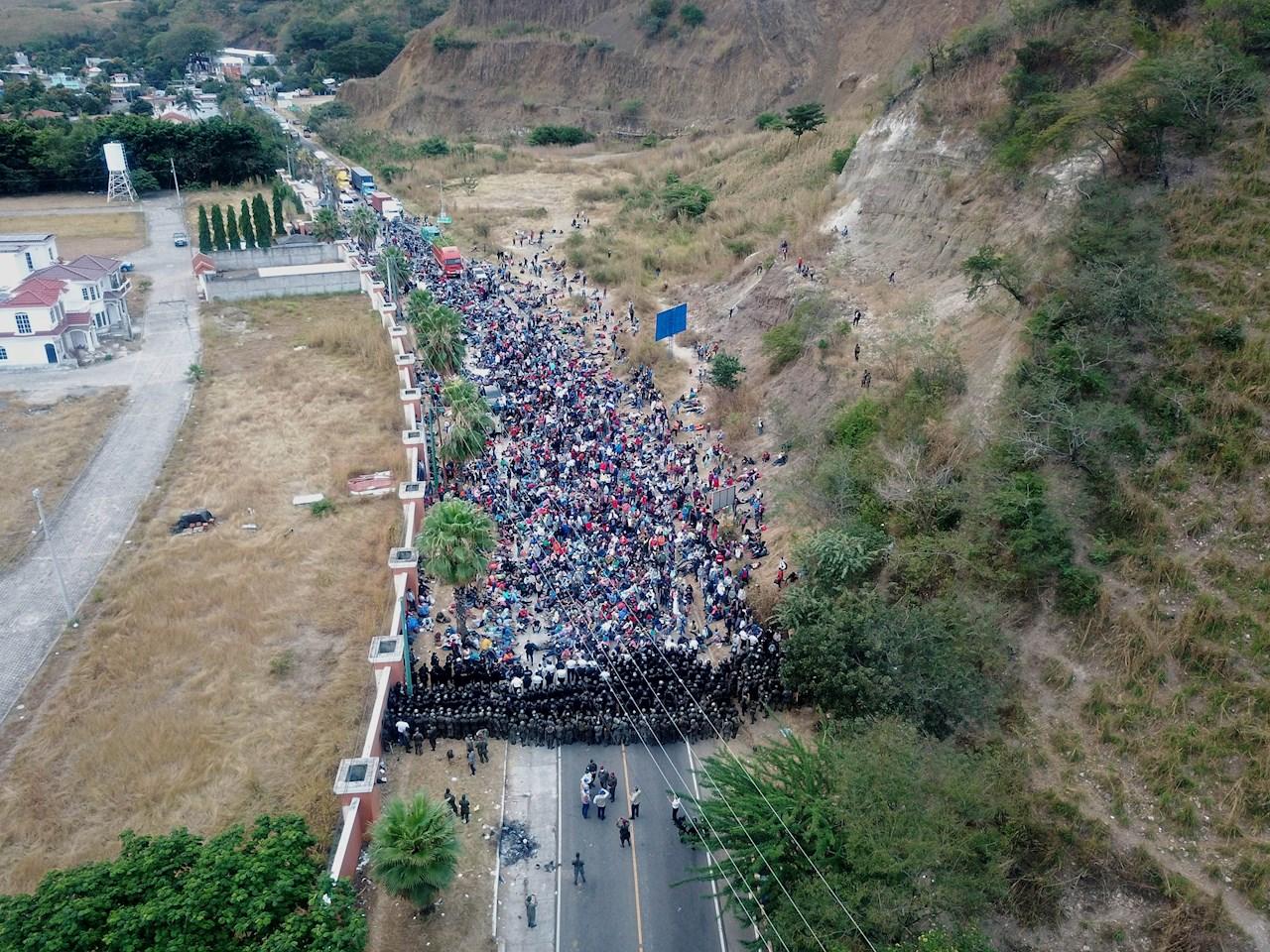 Caravana migrante hondureña permanece varada en el este de Guatemala