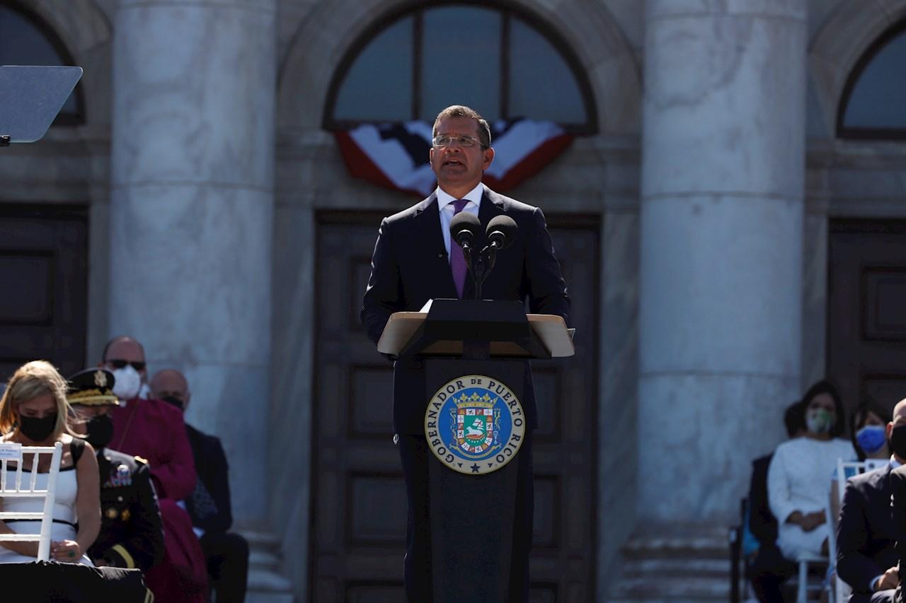 El nuevo gobernador de Puerto Rico asume retos de Covid, crisis y corrupción