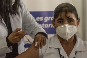 Guatemala: Enfermera de 46 años, primera vacunada contra COVID-19