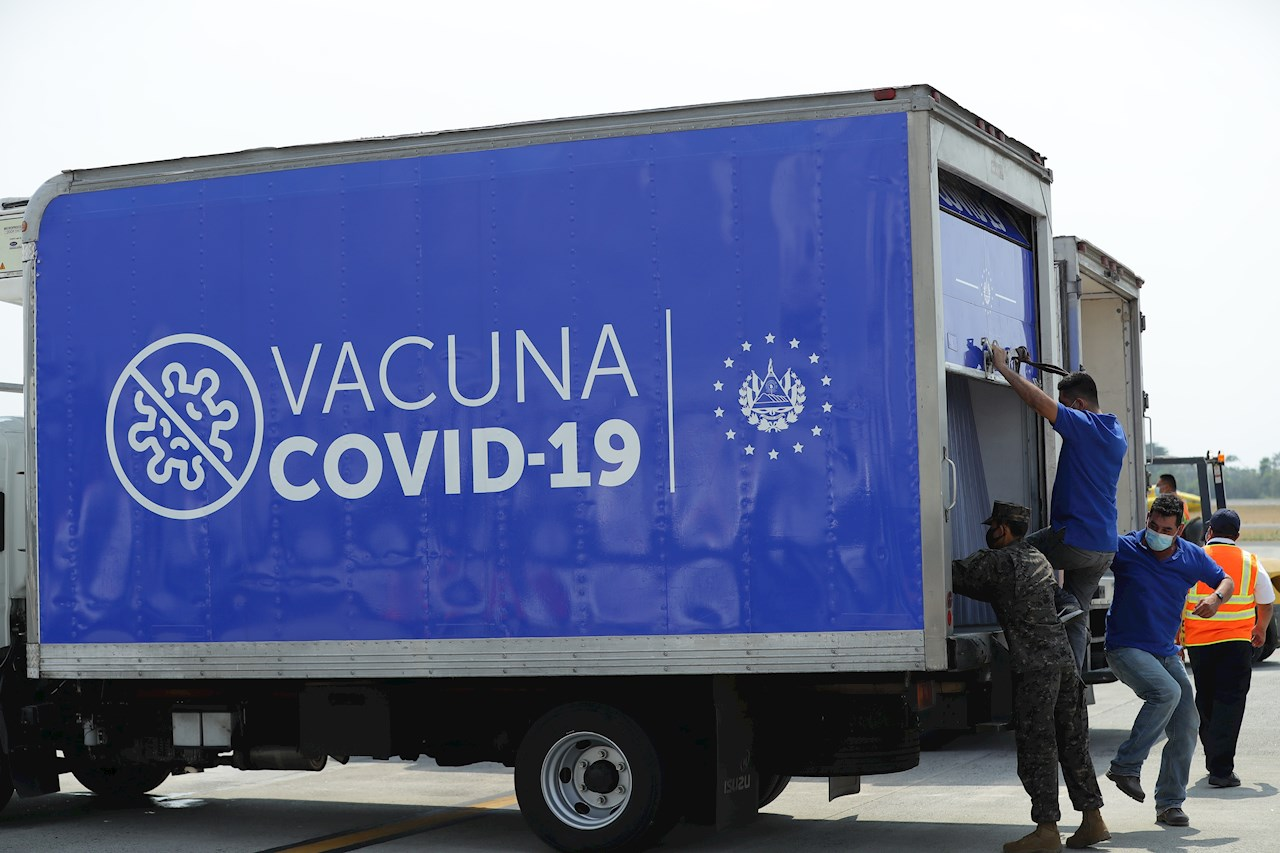 Llega a El Salvador el primer lote de 20,000 vacunas contra el COVI-19
