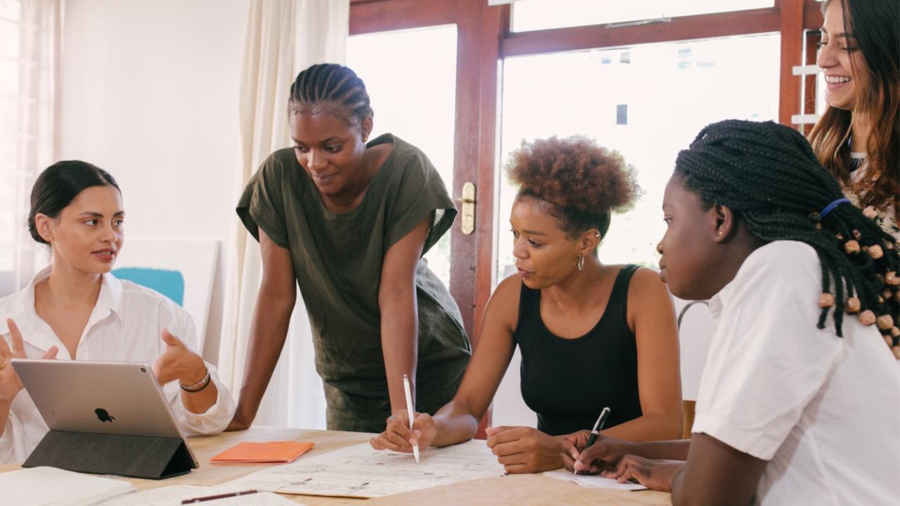 Por qué hay que invertir en mujeres, hoy más que nunca