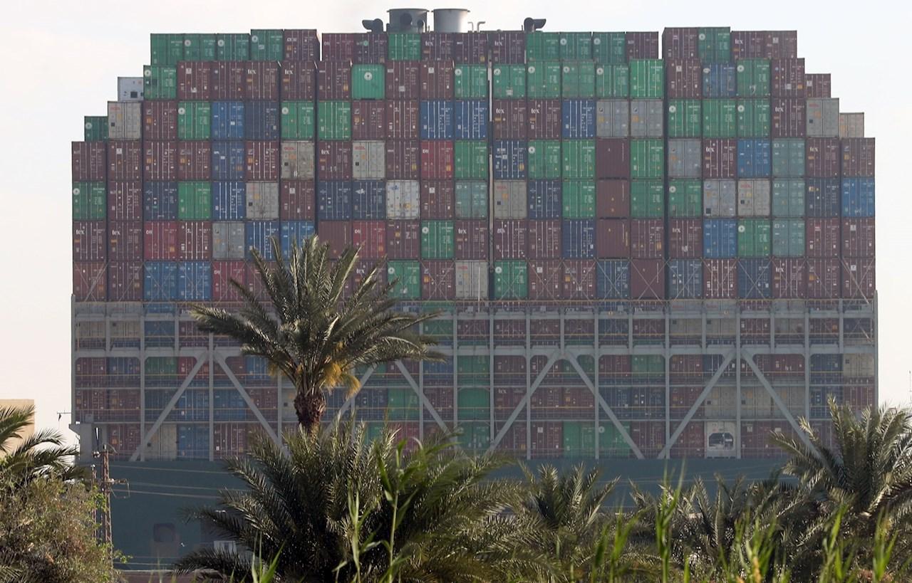 437 barcos esperan para cruzar el canal de Suez tras más de 6 días de bloqueo