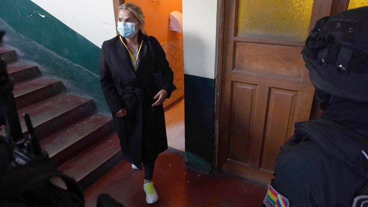Nuevo gobierno de Bolivia detiene a expresidenta Añez
