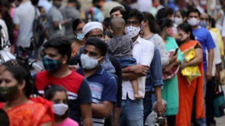 La India registra contagios por debajo de 330,000 y suma muertes por COVID-19