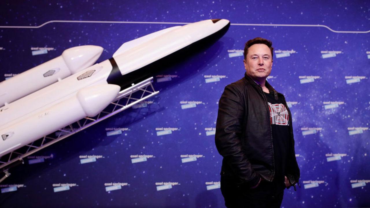 Elon Musk se burla de Jeff Bezos por ganarle contrato aeroespacial