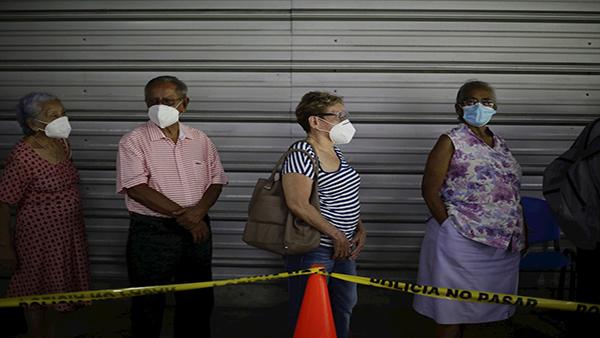 El Salvador: Reportan largas filas en megacentro de vacunación