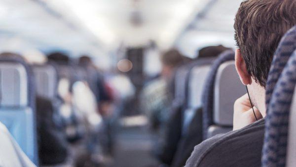Asientos vacíos en aviones podrían reducir exposición a coronavirus: CDC