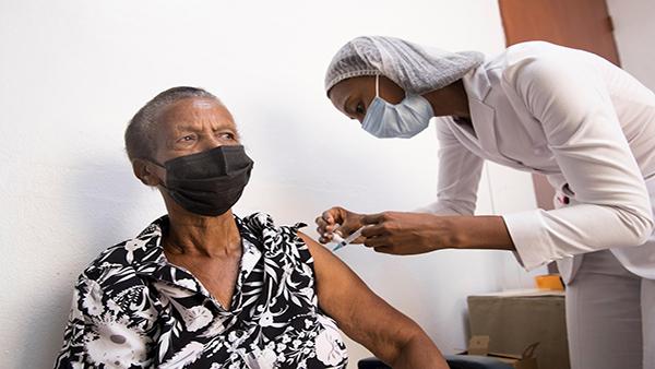 RD empezará a vacunar a mayores de 50 años a partir del 3 de mayo