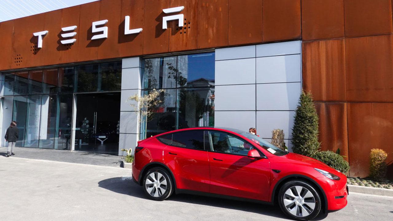 """Tesla admite que Elon Musk ha exagerado sobre la """"conducción autónoma total"""""""
