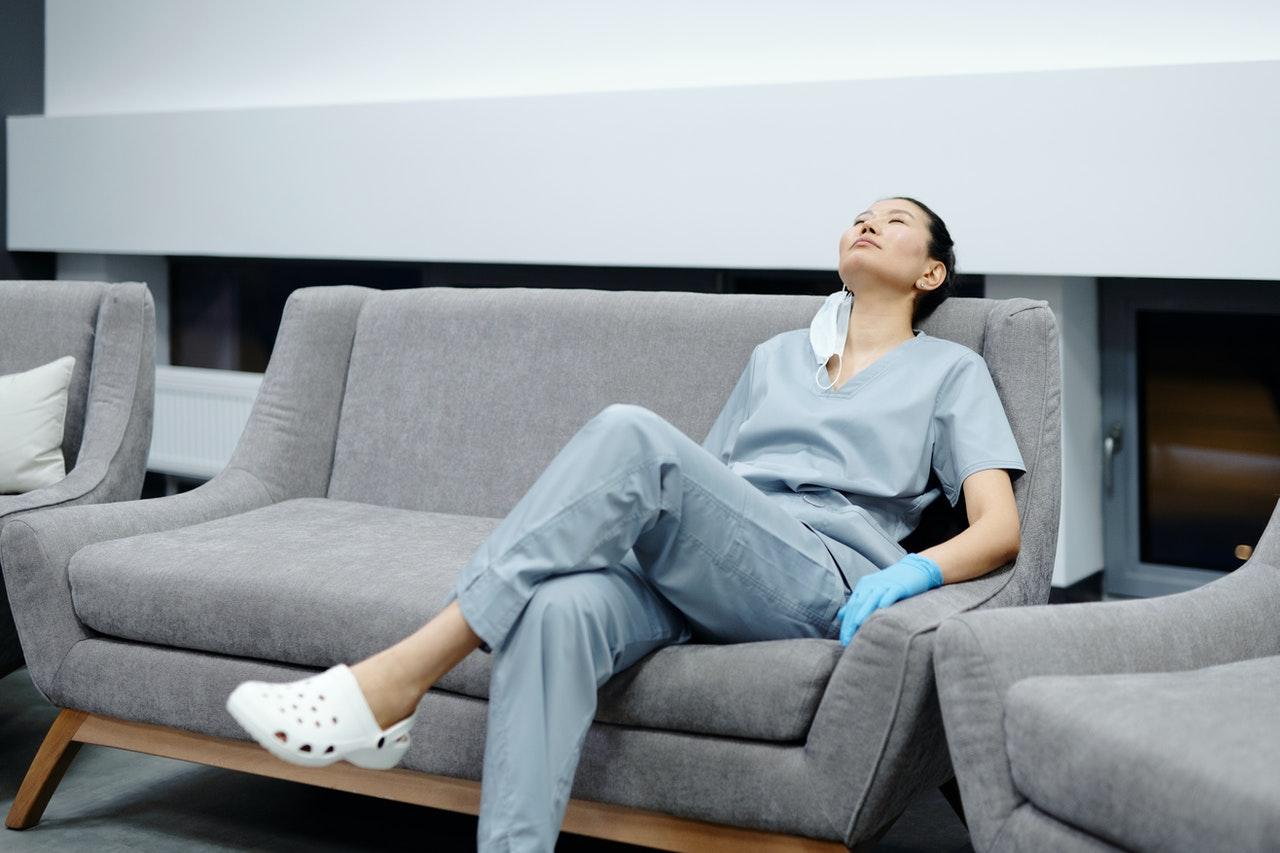 Enfermeras piden a gobiernos mejoras en salarios y condiciones laborales