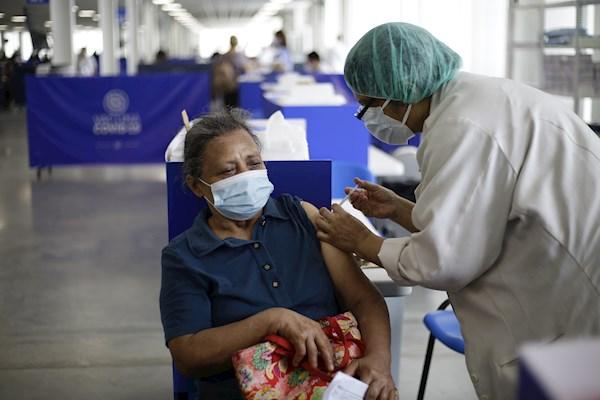 La OMS recomienda tercera dosis de vacuna anticovid a grupos de riesgo