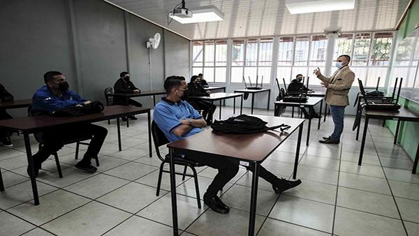 La Defensoría pide suspender clases ante alza de contagios en Costa Rica