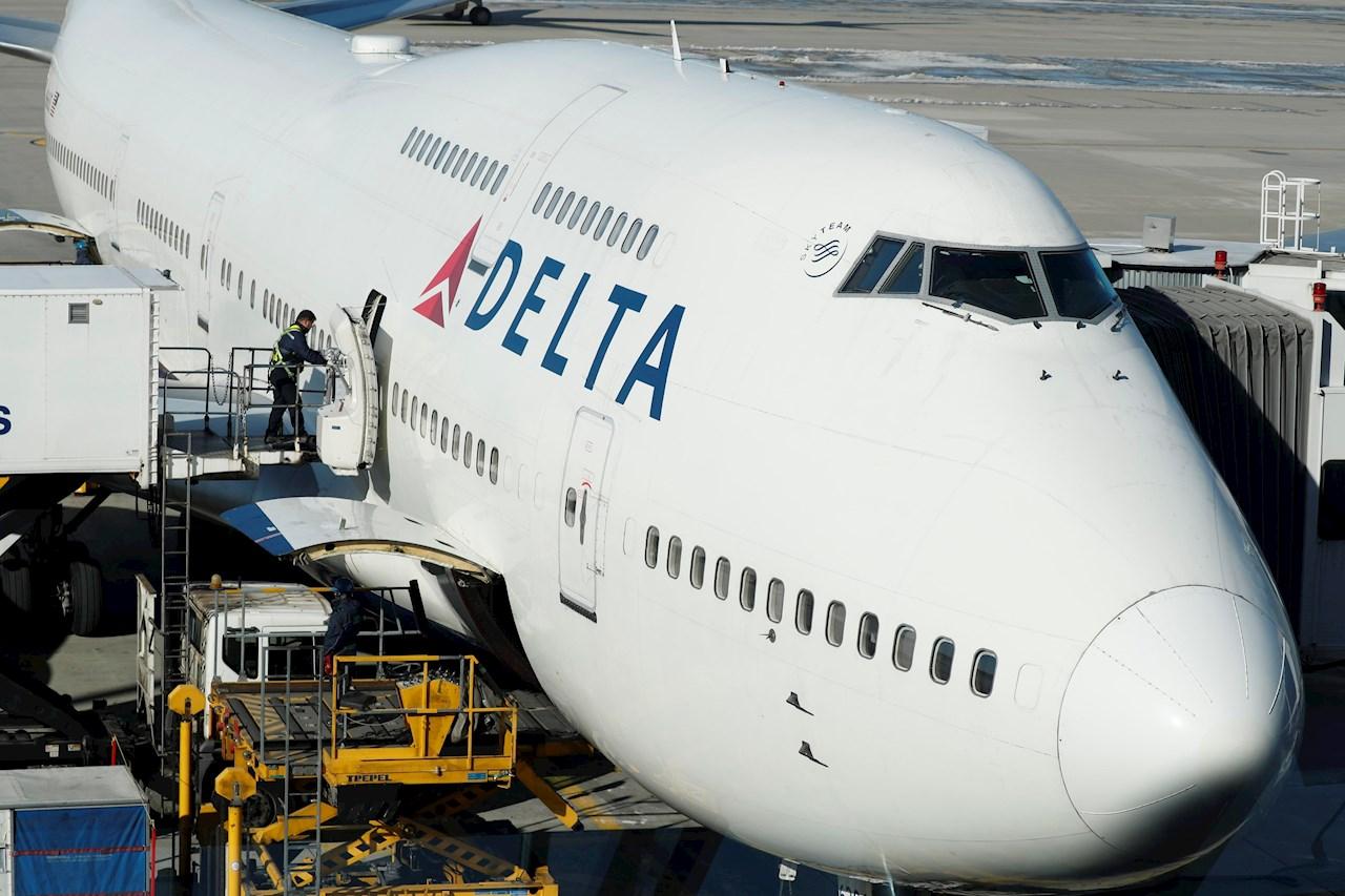 Delta requerirá a nuevos empleados que estén vacunados contra COVID-19