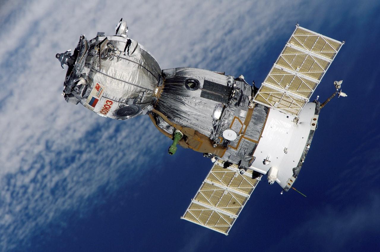 Nave espacial de NASA comienza viaje de regreso a la Tierra tras recolectar muestras de asteroides