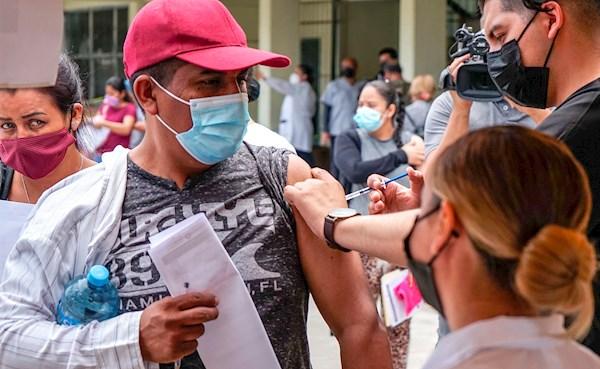 Migrantes centroamericanos reciben vacuna en la fronteriza Tijuana
