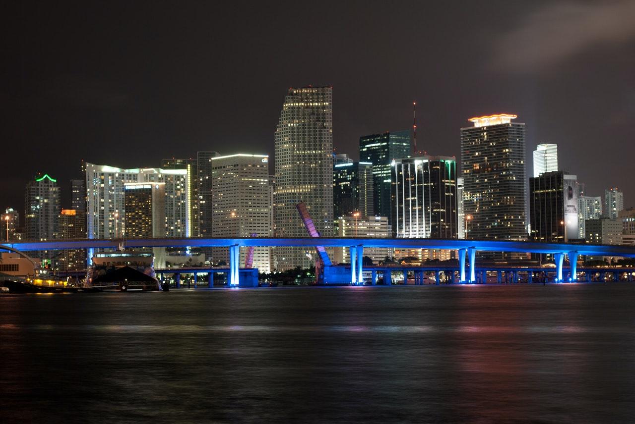 Nacionales y extranjeros compiten por el mercado inmobiliario de Florida