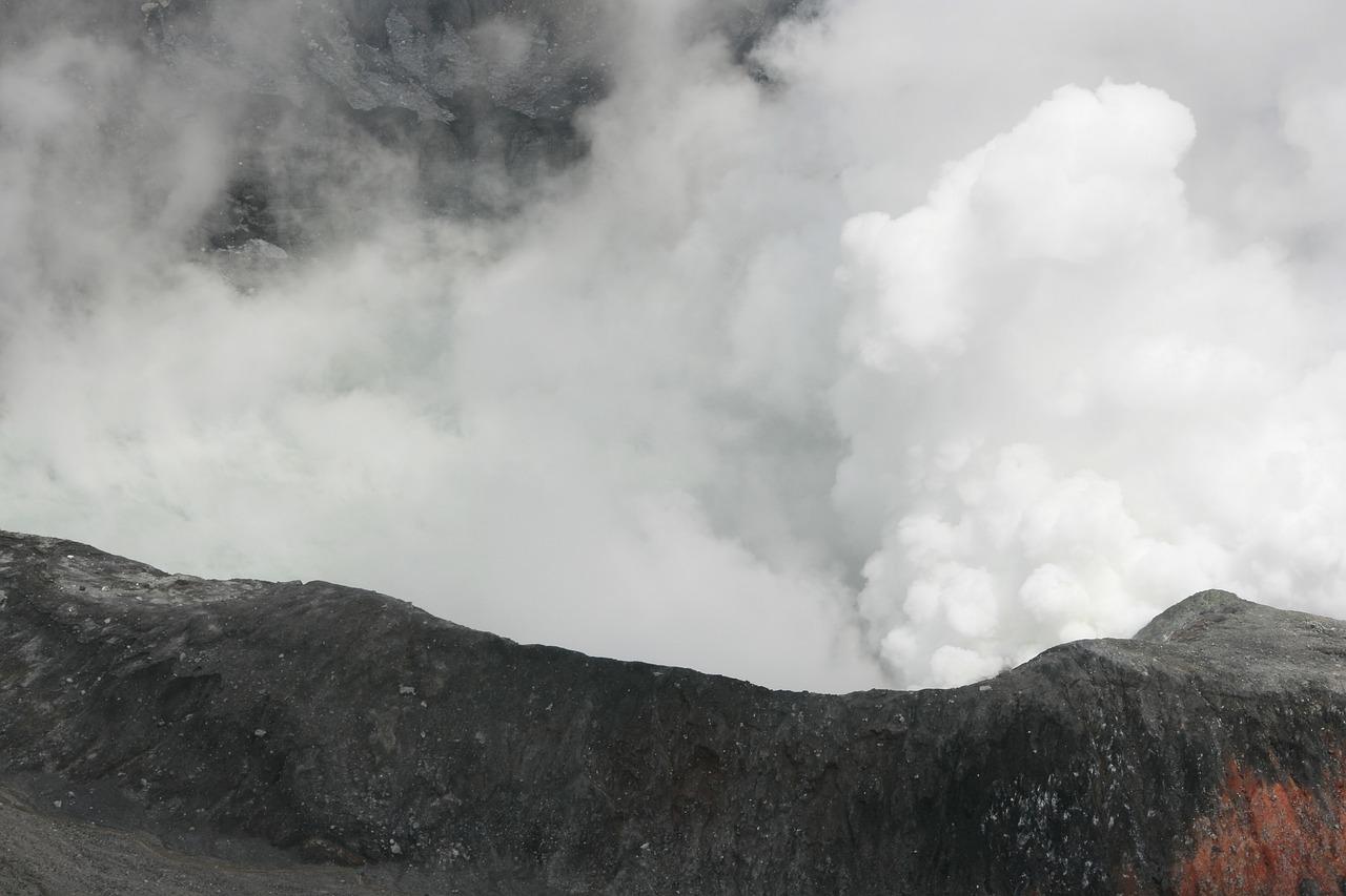 Volcán de Fuego en Guatemala reduce actividad pero continúan las explosiones