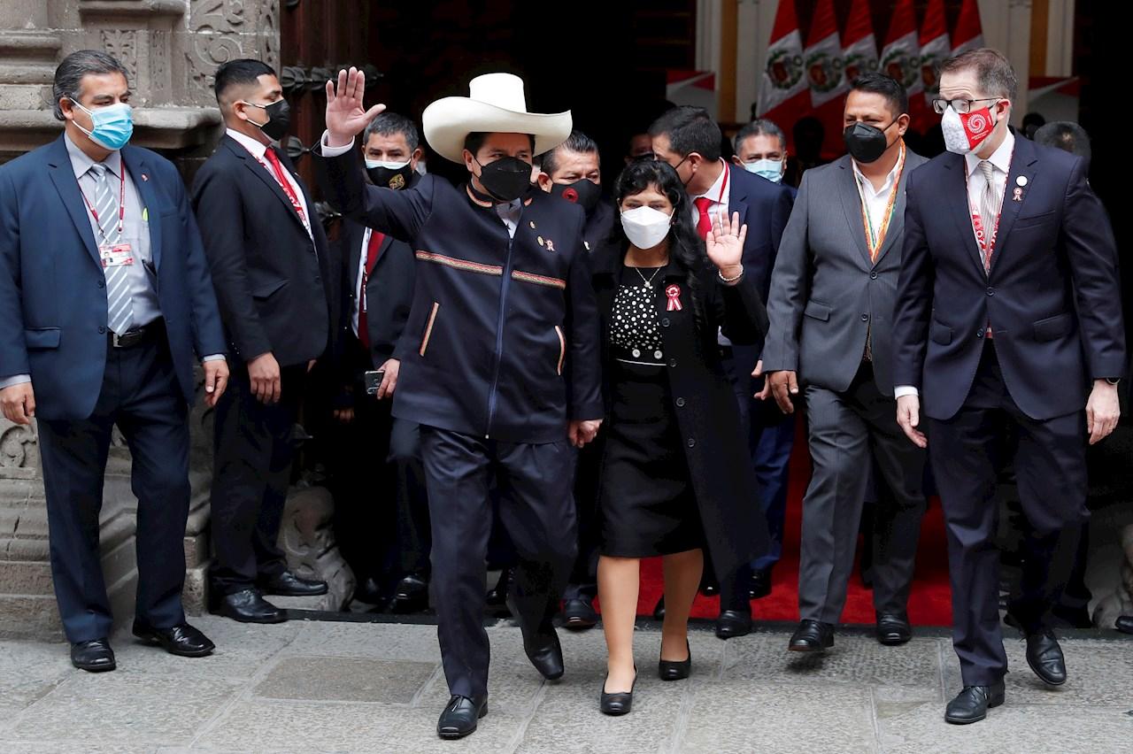 Pedro Castillo asume la presidencia de Perú