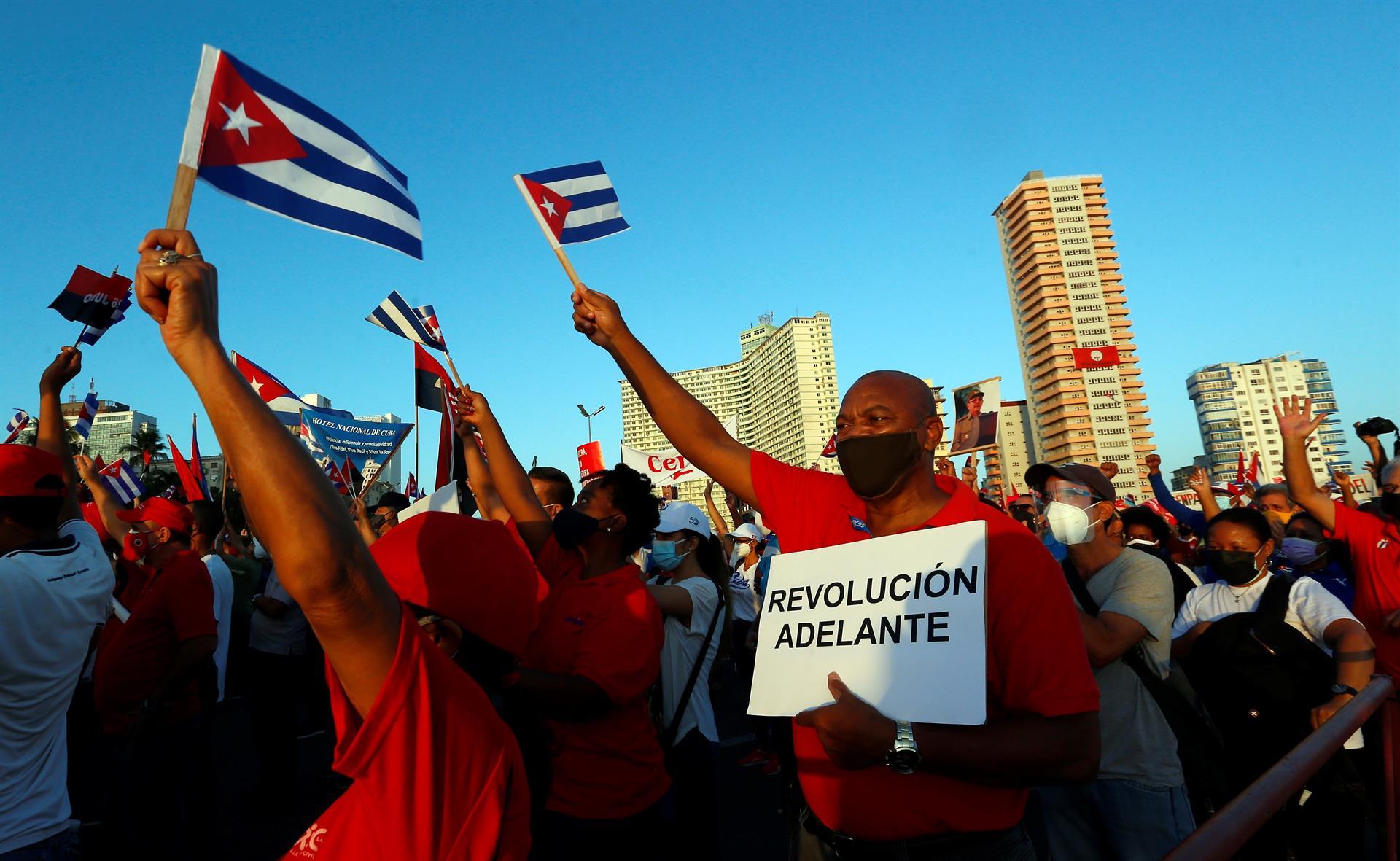 Desafían cubanos al COVID-19 y salen a calles a respaldar la revolución