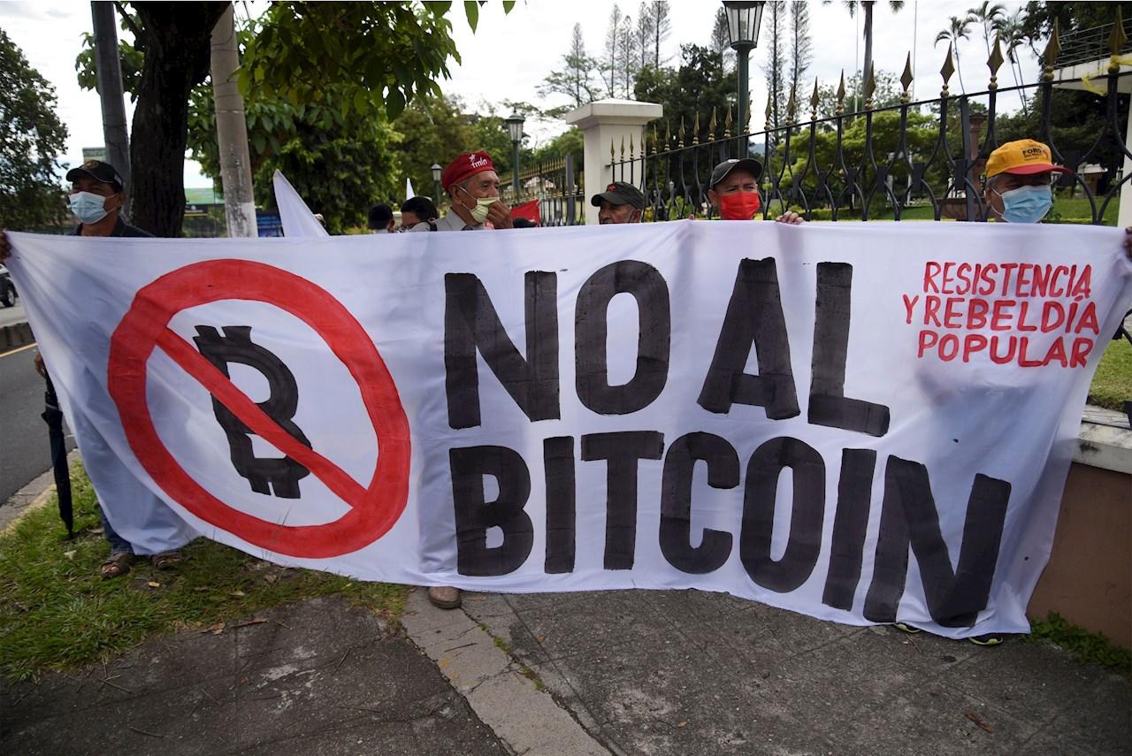 Un grupo de salvadoreños pide la derogación de ley para el uso del bitcóin