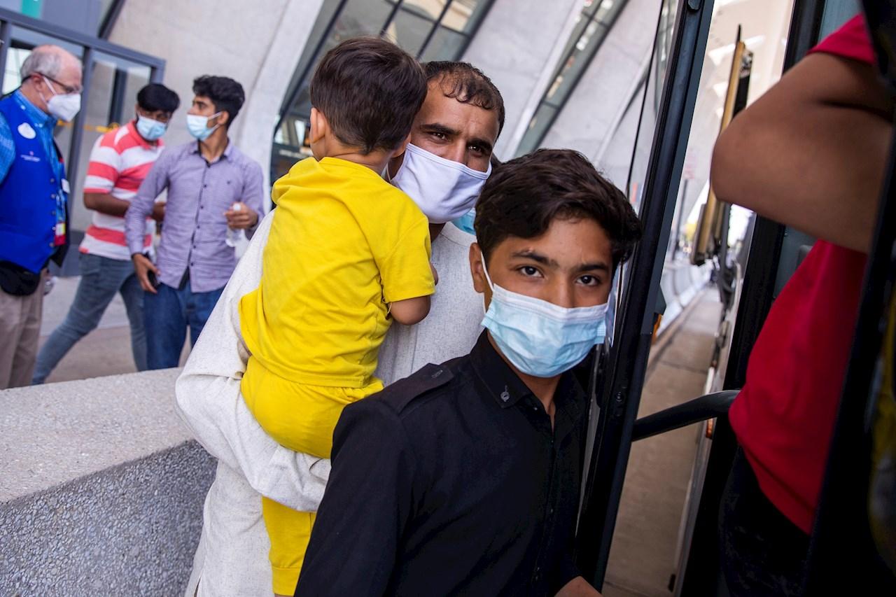 La llegada a EE.UU. de los refugiados afganos: cansancio, llantos y esperanza