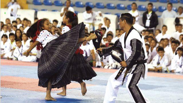Mujeres mayas de Guatemala practican taekwondo