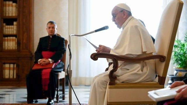 Nos asusta acompañar a gente con diversidad sexual: papa Francisco