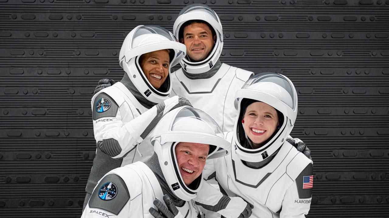 SpaceX concluye con éxito el primer viaje espacial con tripulación civil
