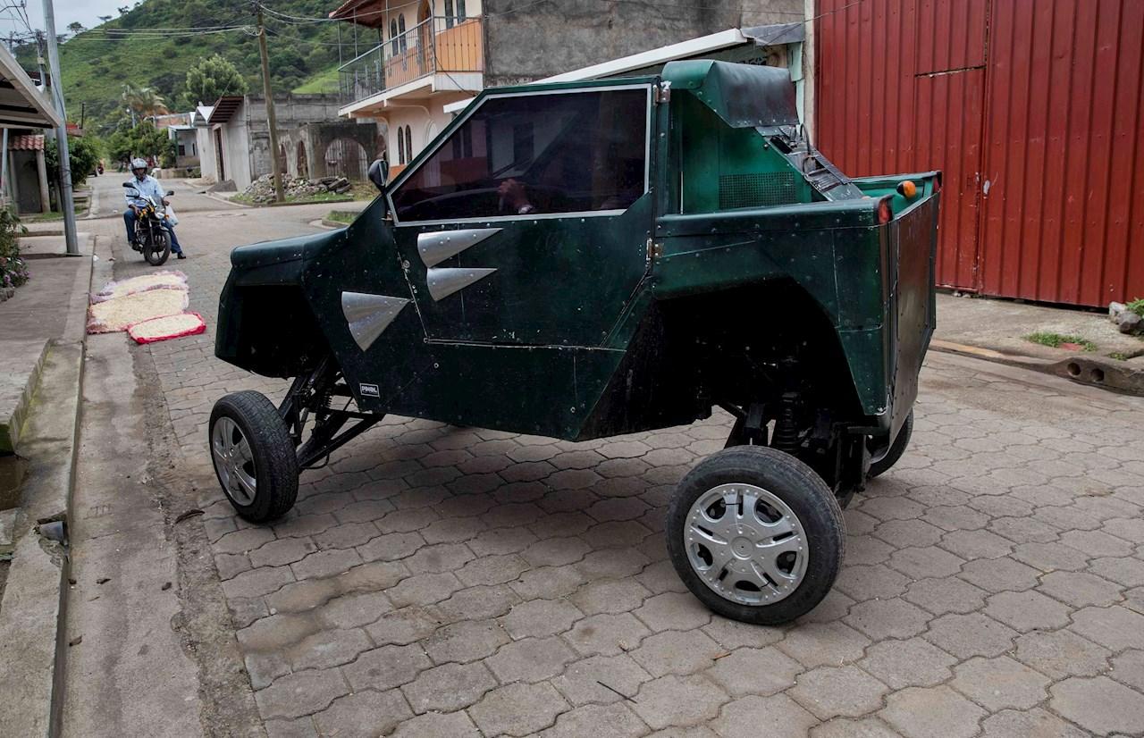 En pequeño taller y con 3.000 dólares, nicaragüense fabrica su propio auto