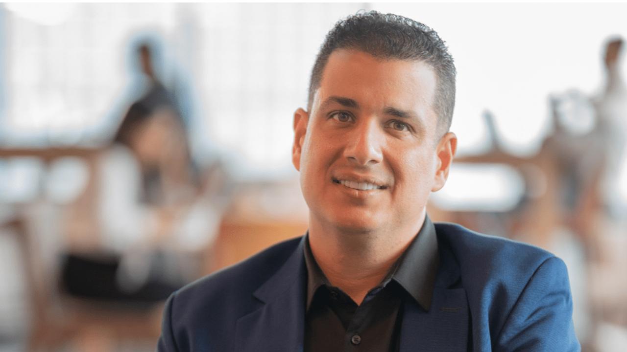Cómo este empresario latino ha logrado capacitar a miles en la región